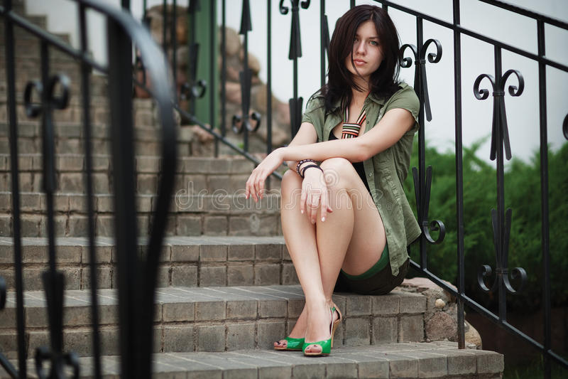 Красивая девушка сидя уныло стоковые фотографии rf