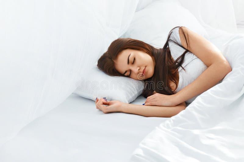 Красивая девушка спать в спальне стоковые фотографии rf