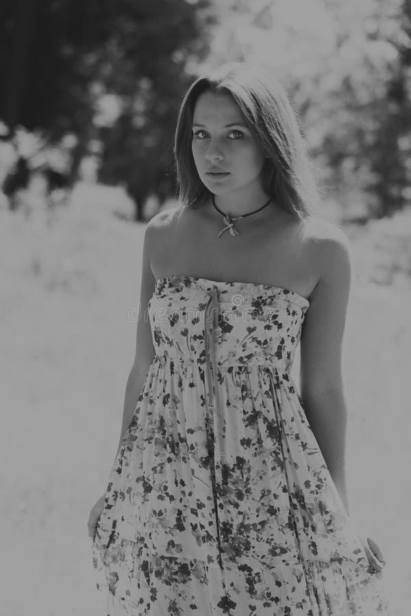 Красивая девушка среди полей цветка стоковая фотография rf