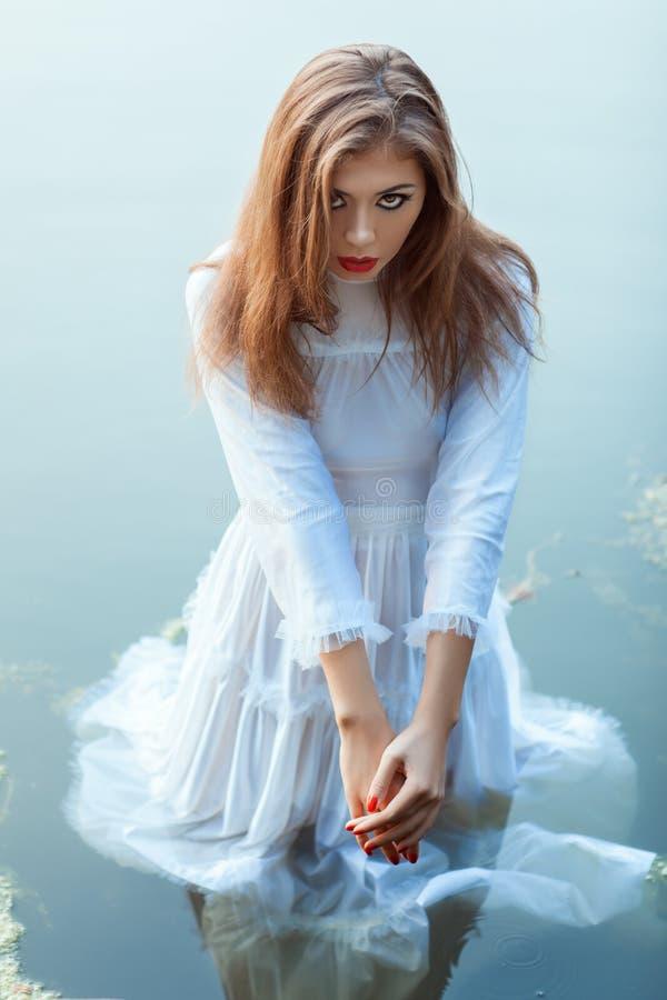 Красивая девушка стоя в платье воды стоковые изображения rf