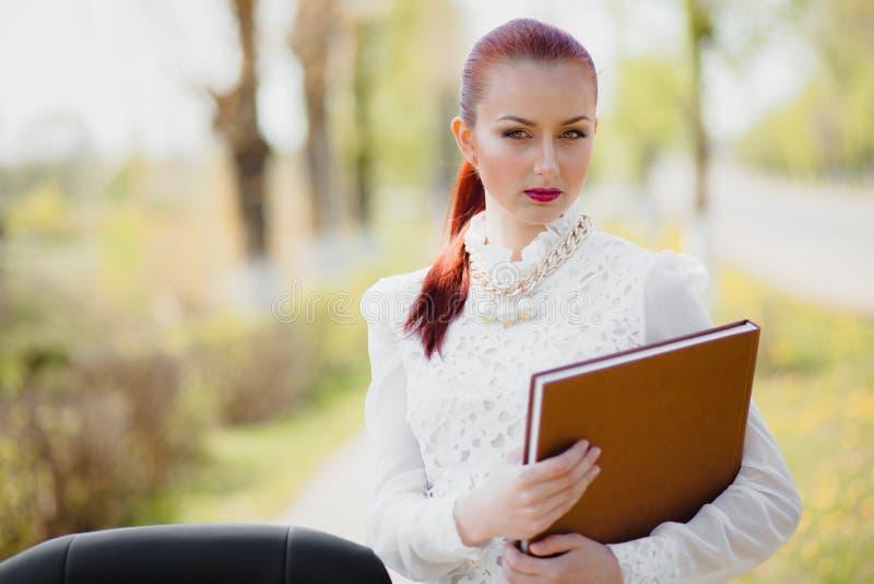 Красивая девушка стоя на стуле стоковые изображения