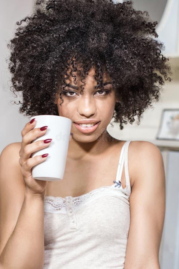 Красивая девушка с афро ослаблять стоковое изображение