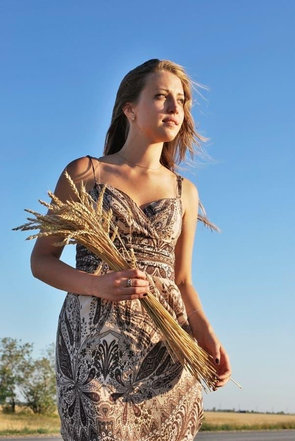 Красивая девушка с букетом пшеницы стоковые изображения rf