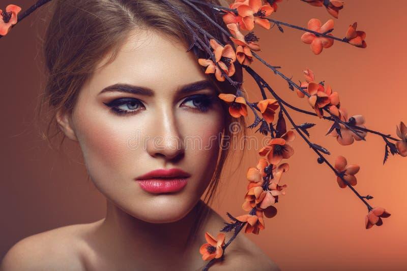 Красивая девушка с ветвью Сакуры стоковая фотография rf