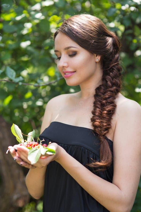 Красивая девушка с вишнями стоковые изображения rf