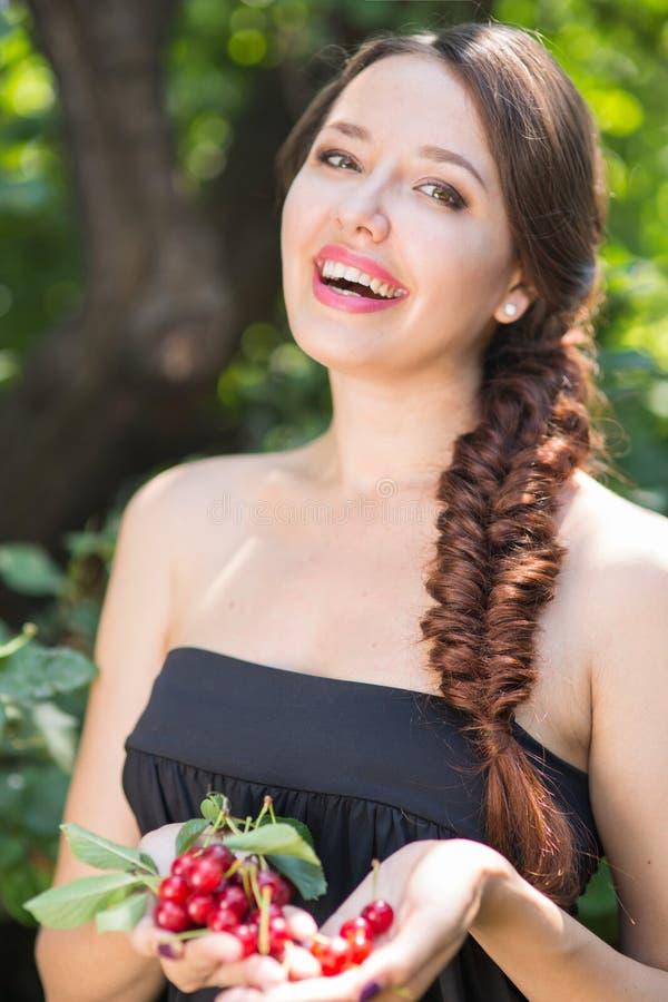Красивая девушка с вишнями стоковая фотография