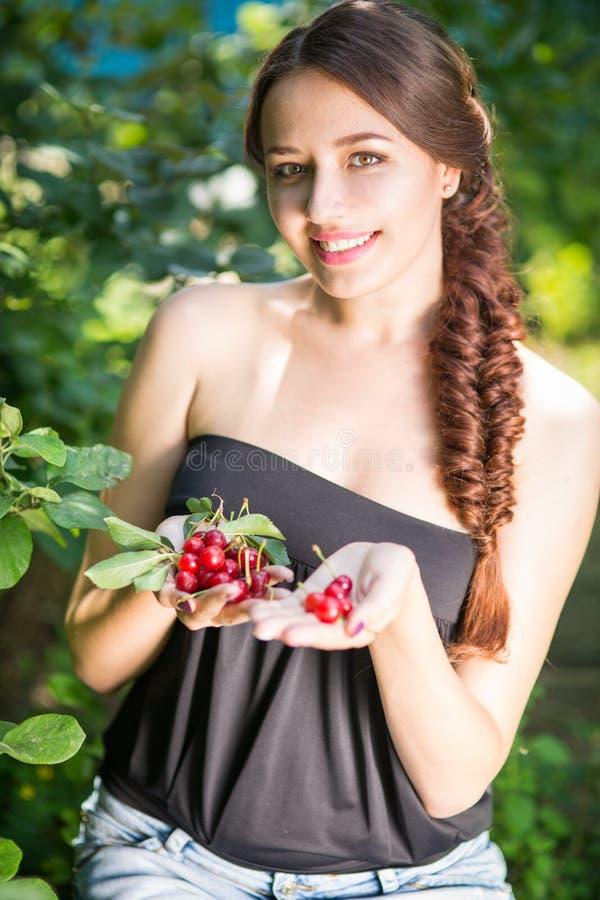 Красивая девушка с вишнями стоковая фотография rf