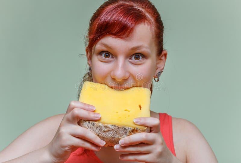 Красивая девушка сдерживает чеддер сыра стоковые изображения rf