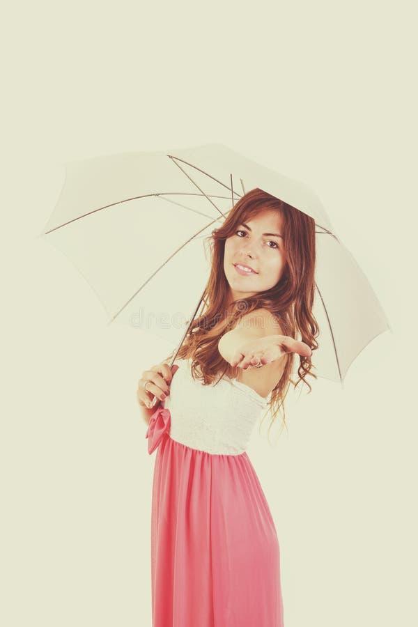 Красивая девушка с зонтиком в винтажном ретро стиле стоковые изображения