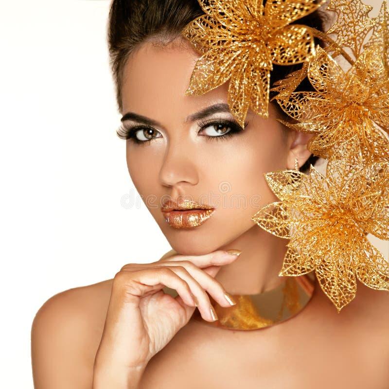 Красивая девушка с золотыми цветками. Сторона женщины красоты модельная. В стоковое фото rf