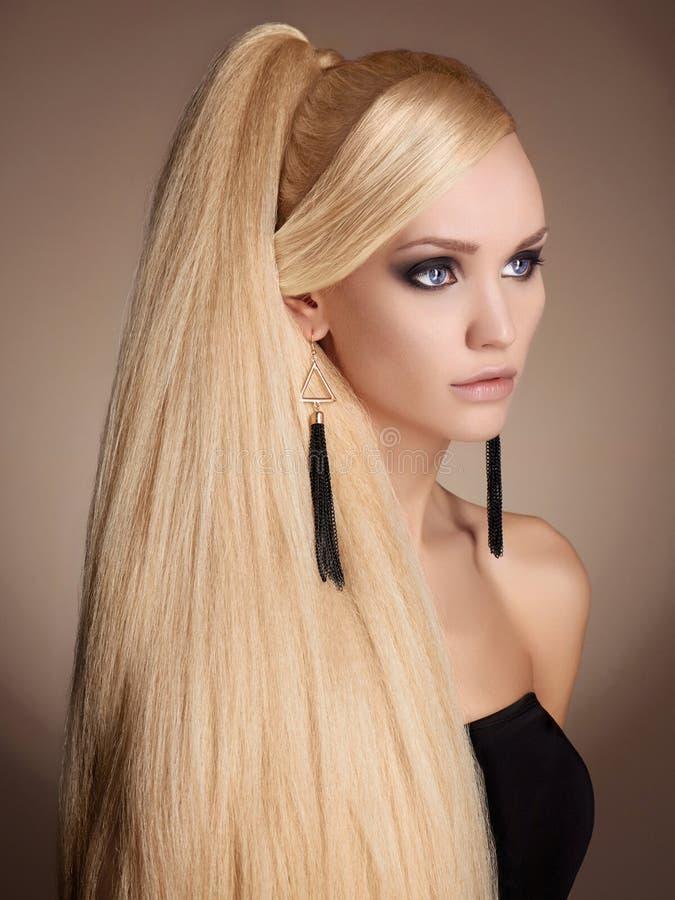 Красивая девушка с длинными здоровыми волосами стоковая фотография rf