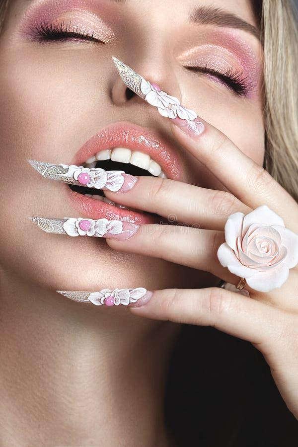 Красивая девушка с длинными ногтями стоковое фото rf