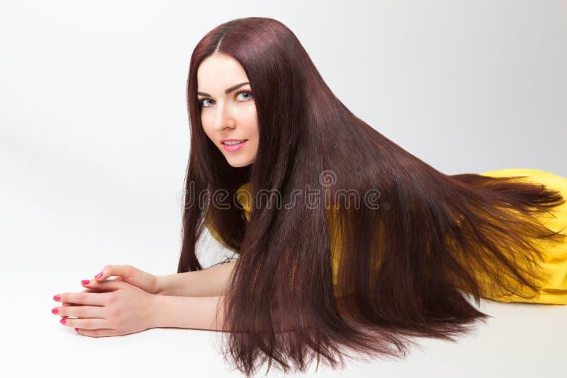 Красивая девушка с длинными толстыми волосами стоковая фотография