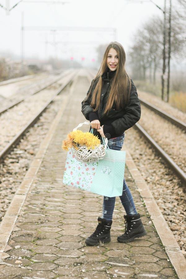 Красивая девушка с корзиной цветков стоковое изображение