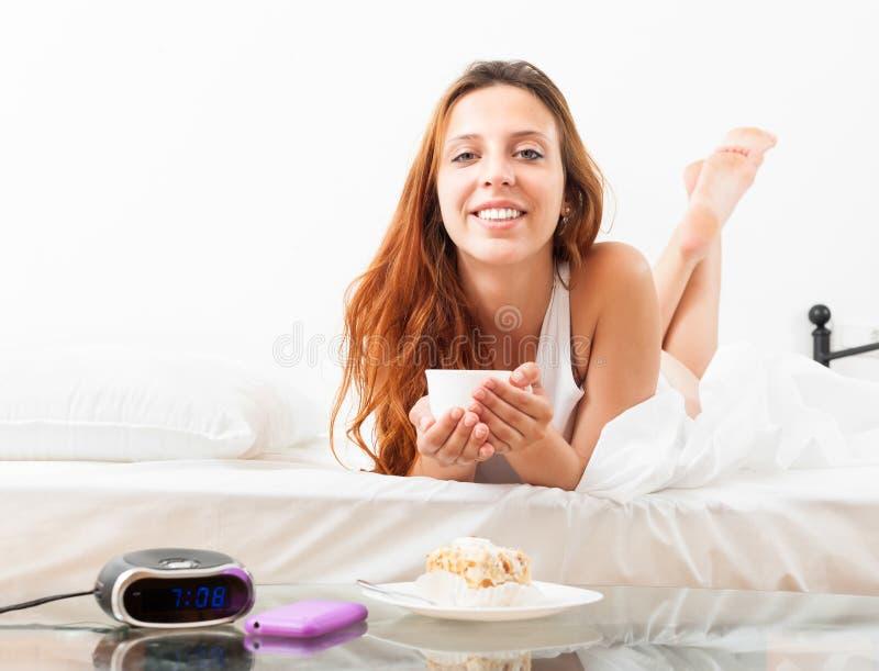 Download Красивая девушка с кружкой кафа в ее кровати Стоковое Фото - изображение насчитывающей лежать, breadcrumbs: 33736862