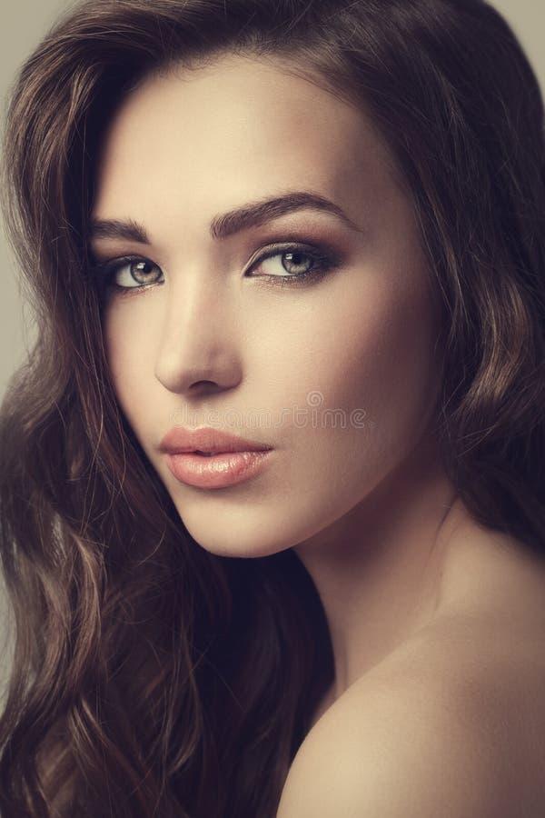 Красивая девушка с милой стороной стоковое изображение rf