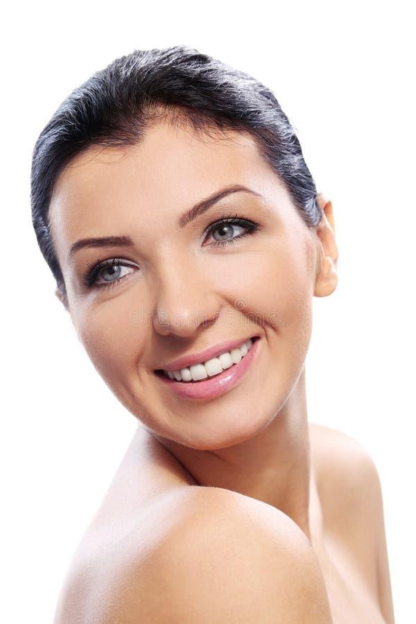 Красивая девушка с милой улыбкой и совершенной кожей стоковые фото