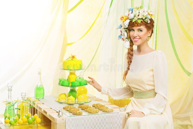 Красивая девушка с пирожными стоковые фото
