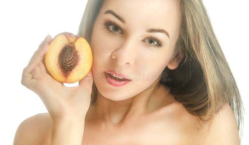 Красивая девушка с половиной персика стоковое изображение rf