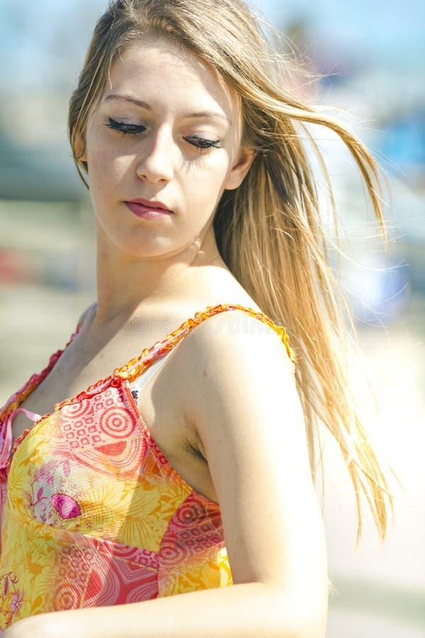 Красивая девушка с прямыми светлыми волосами стоковая фотография