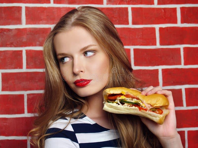 Красивая девушка с сандвичем стоковые изображения rf