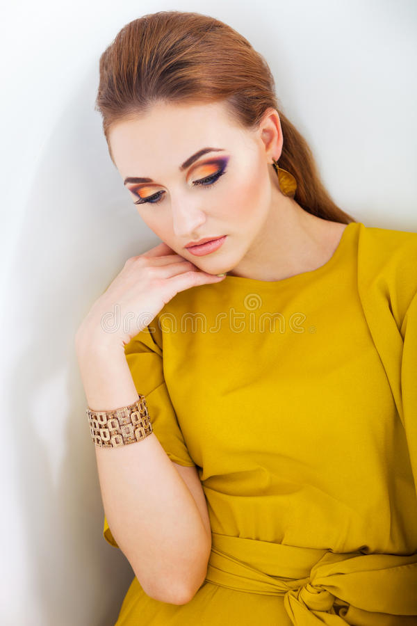 Красивая девушка с составляет нося длинное желтое платье стоковое изображение