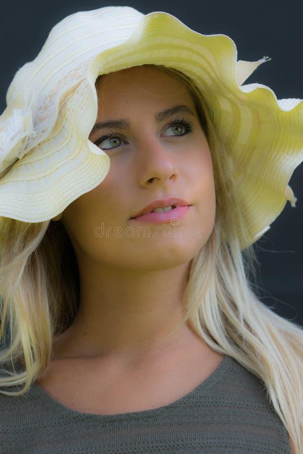 Красивая девушка с соломенной шляпой стоковые фото