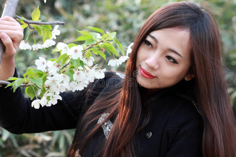 Красивая девушка с цветками Стоковое Изображение RF