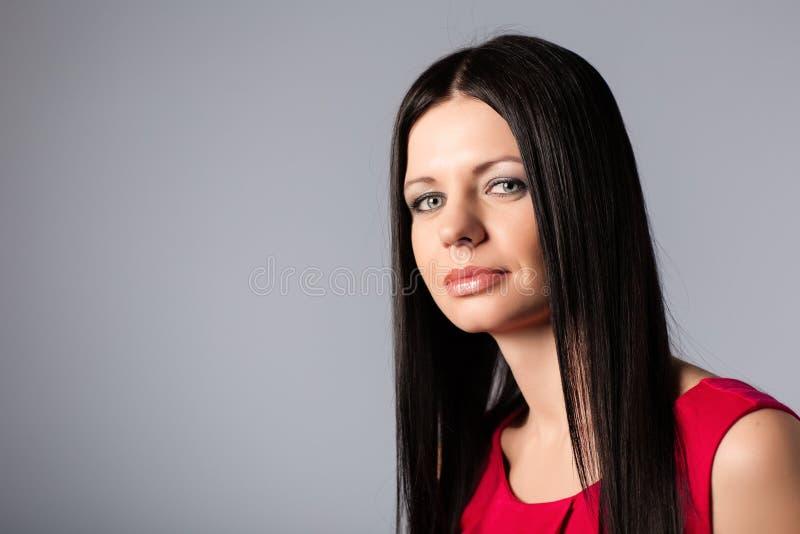 Красивая девушка с черными волосами стоковая фотография rf