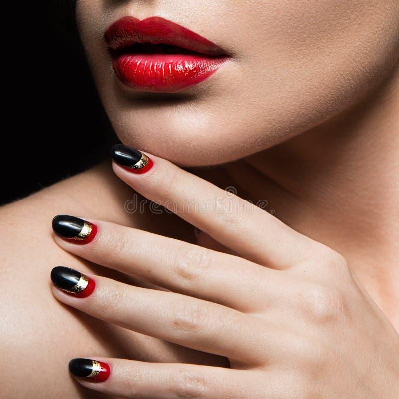 Красивая девушка с черными и красными ногтями Конструкция стоковые изображения rf