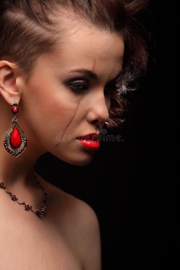 Красивая девушка с шрамом на стороне и плече стоковые фотографии rf