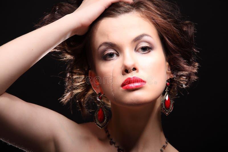 Красивая девушка с шрамом на стороне и плече стоковые изображения rf
