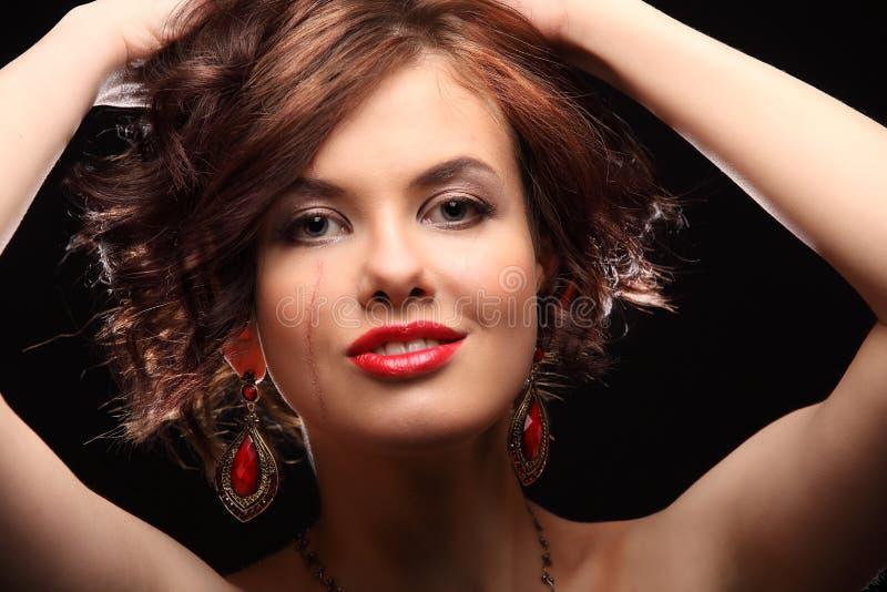 Красивая девушка с шрамом на стороне и плече стоковая фотография