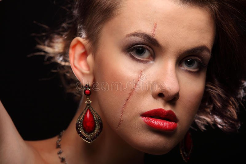 Красивая девушка с шрамом на стороне и плече стоковое изображение
