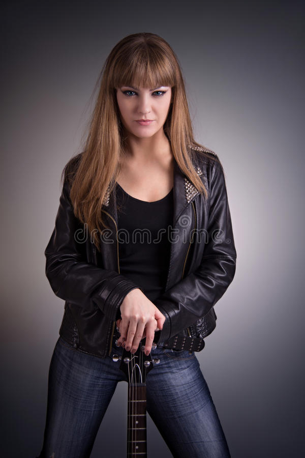 Красивая девушка с электрической гитарой стоковые изображения rf