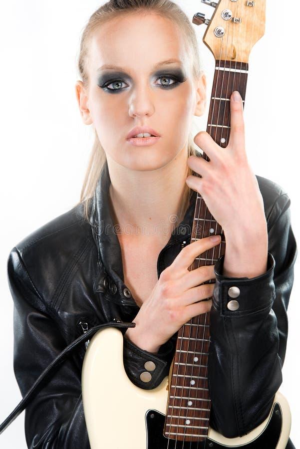 Красивая девушка утеса держа гитару стоковые изображения