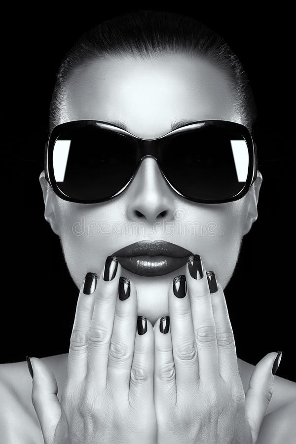 Красивая девушка фотомодели в слишком больших солнечных очках стоковые фото