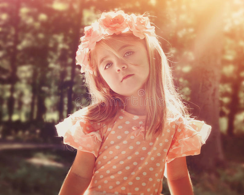 Красивая девушка цветка в древесинах с солнечностью стоковые изображения rf
