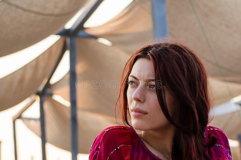 Красивая девушка gazing в заход солнца стоковое фото rf
