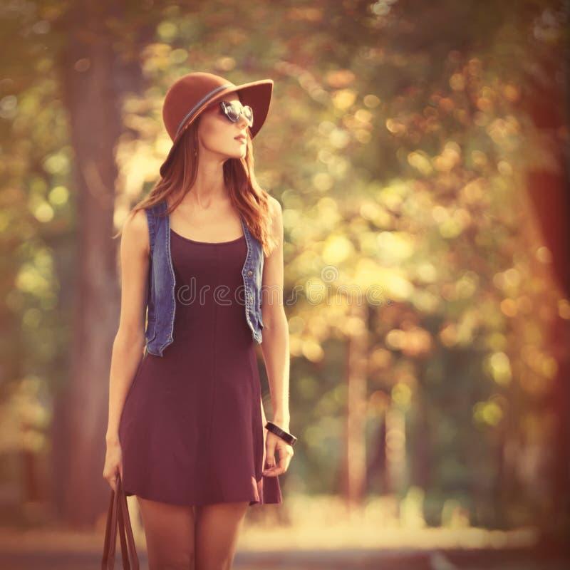 Красивая девушка redhead в парке стоковые изображения rf