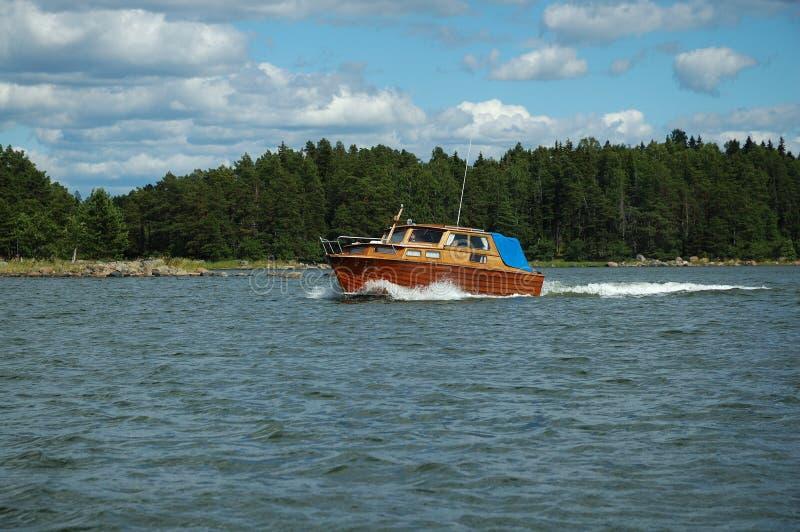Красивая деревянная шлюпка в Балтийском море стоковые фото