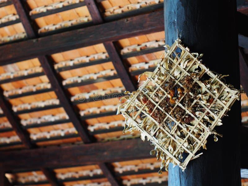 Красивая естественная сплетенная бамбуковая рамка содержит высушенные листья и цветки стоковые изображения rf