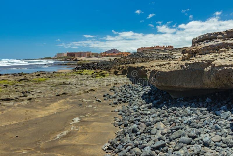 Красивая естественная южная береговая линия с живой природой, утесами и пляжами около El Medano Солнечный день, голубое небо и бе стоковые изображения