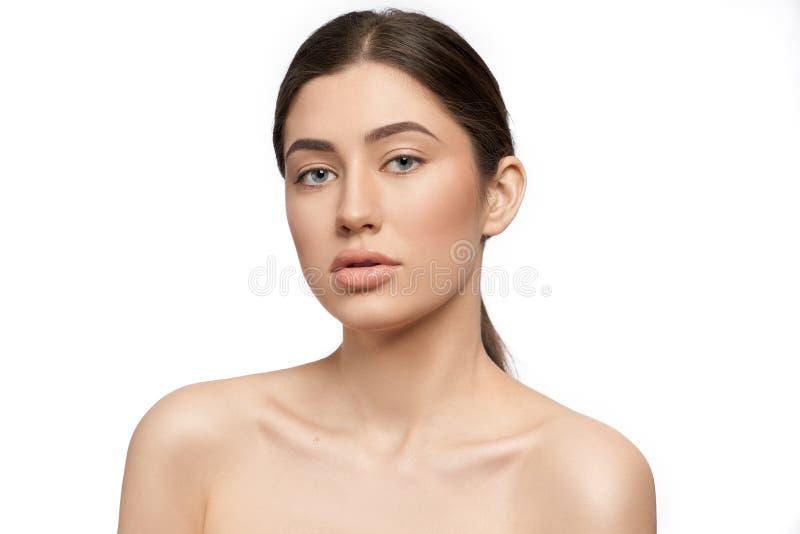 Красивая женская модель с идеальной кожей, обнаженными плечами стоковая фотография rf