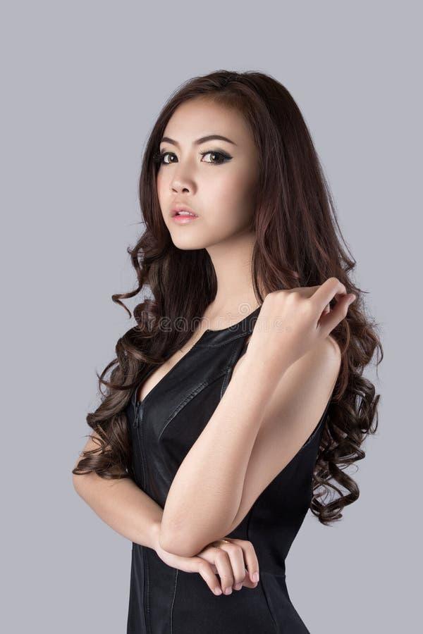Красивая женская модель нося кожаное платье стоковые фотографии rf