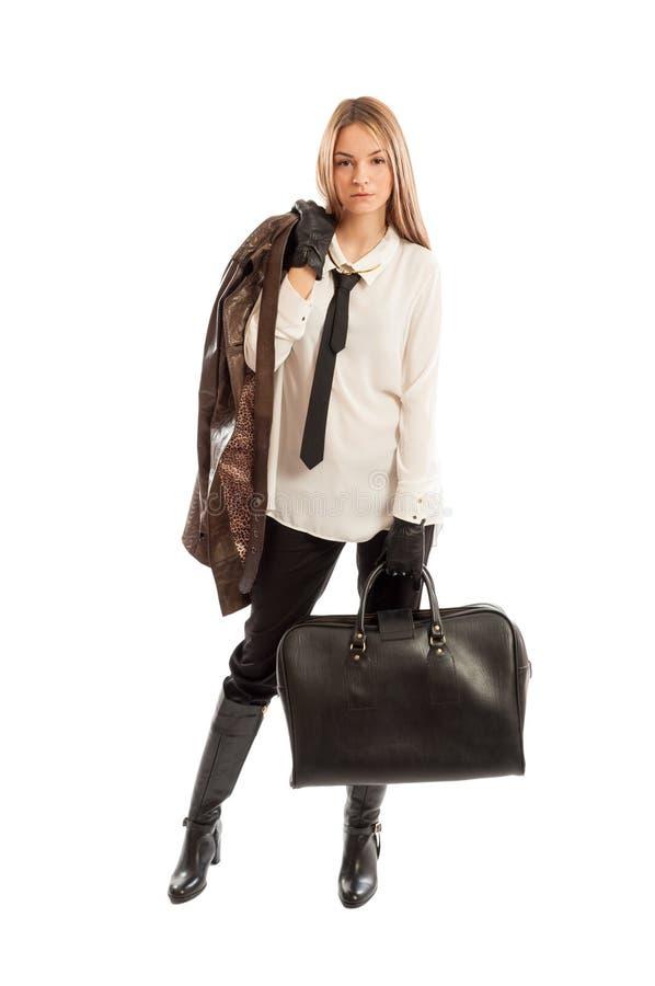 Красивая женская модель нося коричневую кожаную куртку и черный ha стоковые изображения