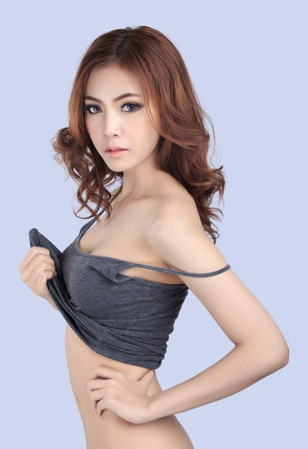 Красивая женская модель нося серую верхнюю часть танка стоковая фотография rf