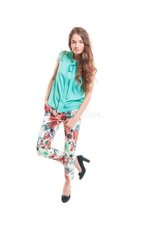 Красивая женская модель представляя стоять в одной ноге стоковое изображение