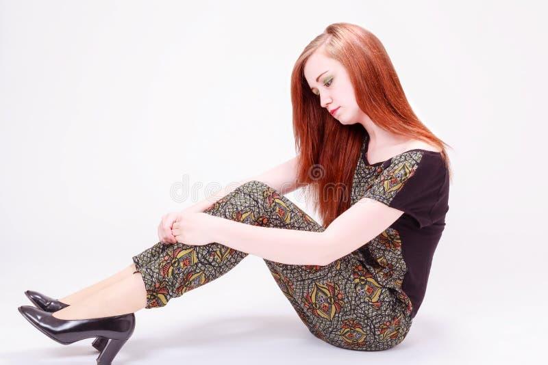 Download Красивая женская модель сидя на поле Стоковое Фото - изображение насчитывающей способ, головка: 41660040