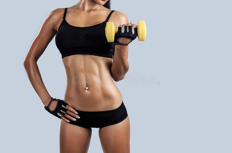 Красивая женская модель фитнеса стоковое изображение rf